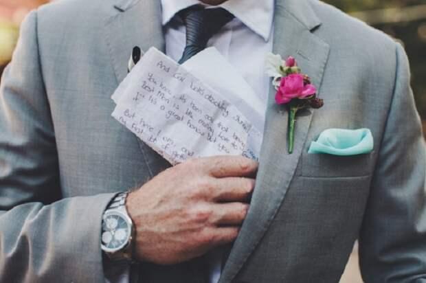Жених уже надевал свадебный костюм, когда из кармана пиджака выпала записка. Она была от его матери
