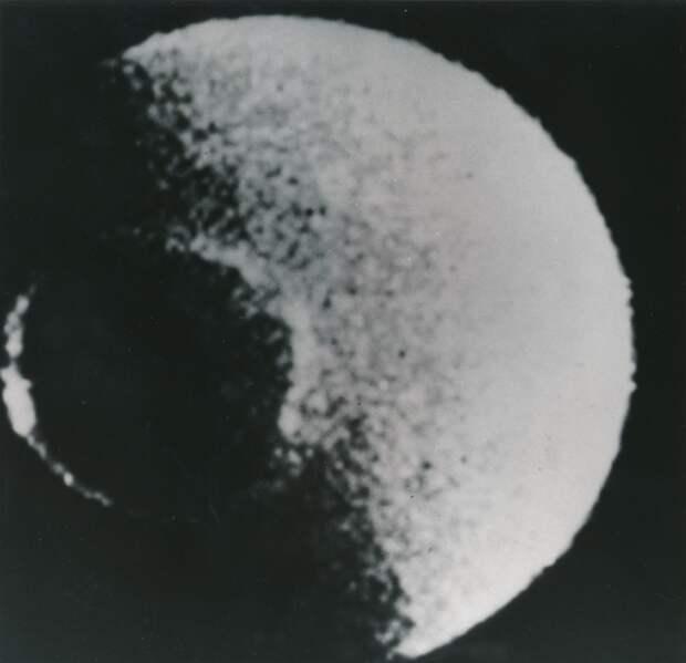 1980. Луна Сатурна «Мимас», наблюдаемая космическим зондом «Вояджер-1» (англ. Voyager-1) 12 ноября