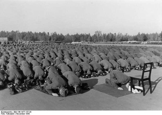 23. Бойцы мусульманской дивизии СС совершают молитву, ноябрь 1943 года. интересное, исторические фото, история, фото
