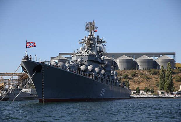 Флагман Черноморского флота ракетный крейсер «Москва» в Севастопольской бухте