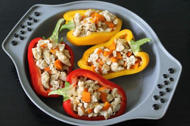 Фаршированные половинки перцев — красочное, яркое и торжественное угощение!