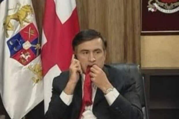 Таким Саакашвили войдет в историю: жующим галстук, звонящим в Вашингтон, чтобы попросить совет и помощь у своих хозяев. Фото: скриншот BBC