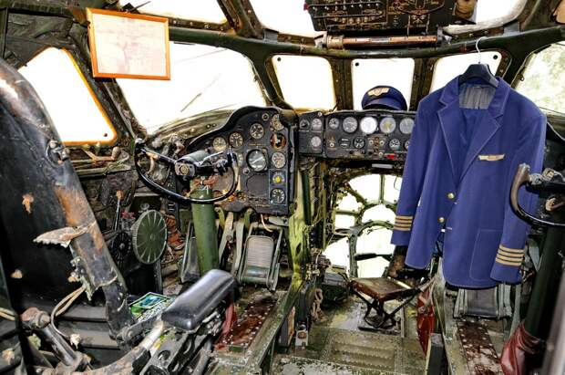 Кабина пилотов в самолете-ресторане Ту-104 в Петровице