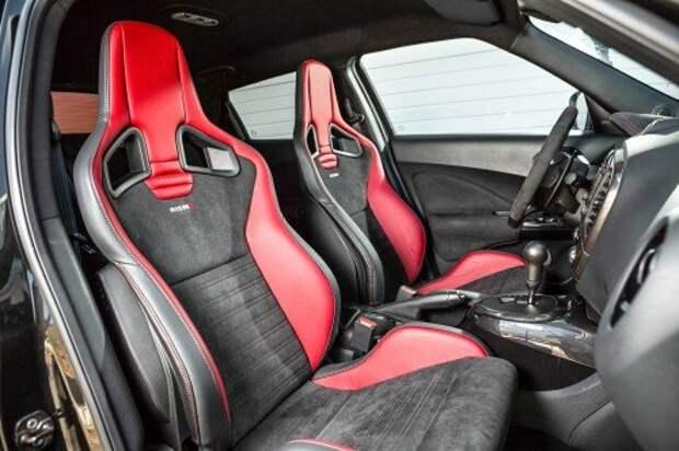 Производители любят устанавливать в горячих версиях сиденья Recaro Sportster CS. Nissan не исключение.