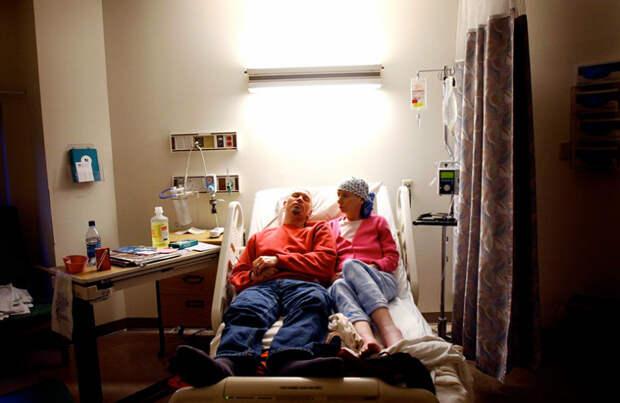 Тяжелая серия снимков, документирующая угасающую жизнь больной раком