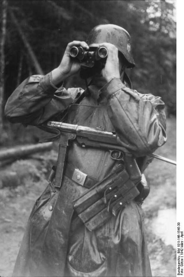 Bundesarchiv_Bild_101I-146-1545-30,_Russland,_Soldat_mit_MP_durch_Fernglas_schauend