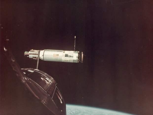 1966, июль.  Произведена стыковка с мишенью «Аджена-X». С помощью двигателей «Аджены» осуществлён переход на более высокую орбиту для сближения с мишенью «Аджена-VIII»