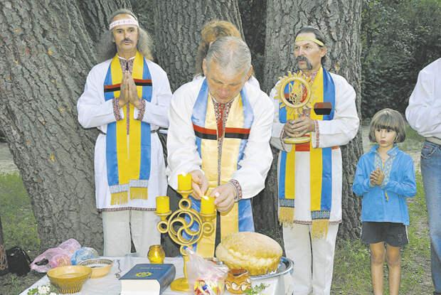 Неоязычники проводят обряд на днепровском острове Хортица (Запорожье)