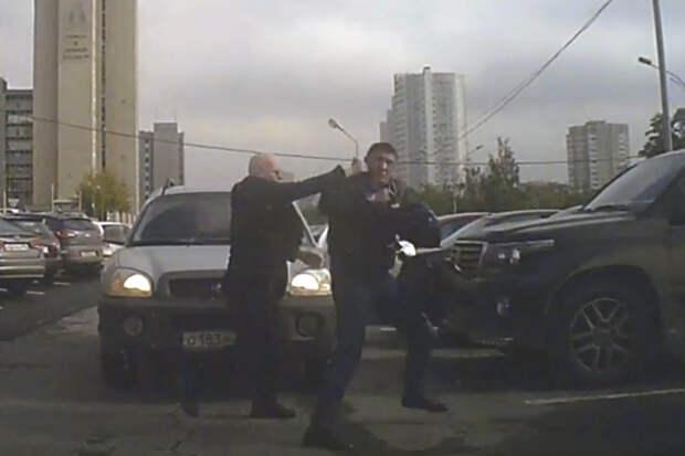 Дерзкий дед отоварил водителя Крузака