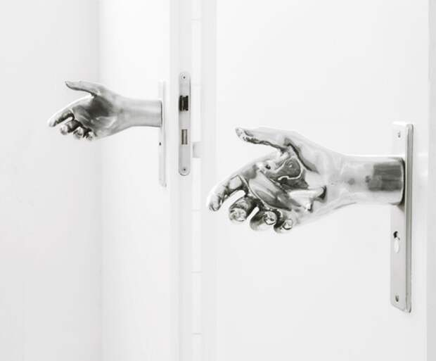 Рукопожатие с дверью