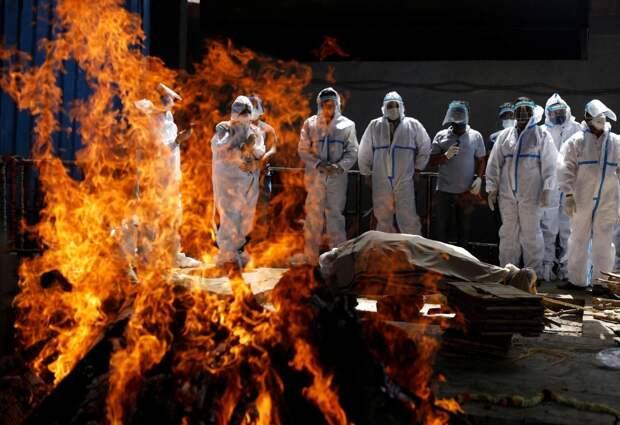 В Индии массово сжигают умерших от коронавируса