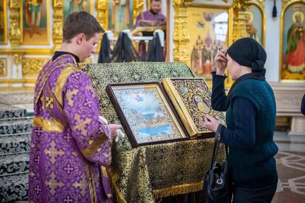 Иконы в храмах Удмуртии стали обрабатывать дезинфицирующими средствами
