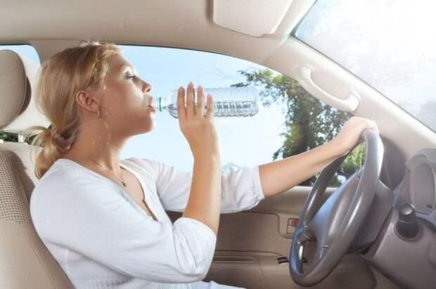 Пить воду за рулем нельзя, если вы на Кипре. /Фото: img.blesk.cz