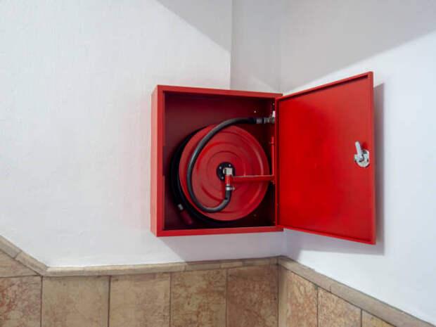 Новые пожарные шланги появятся в подъезде дома на Дежнёва — управа