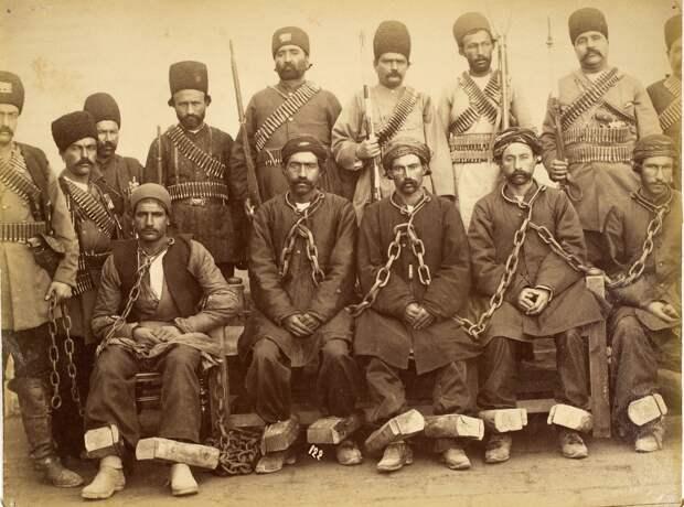 Группа заключенных и охранников