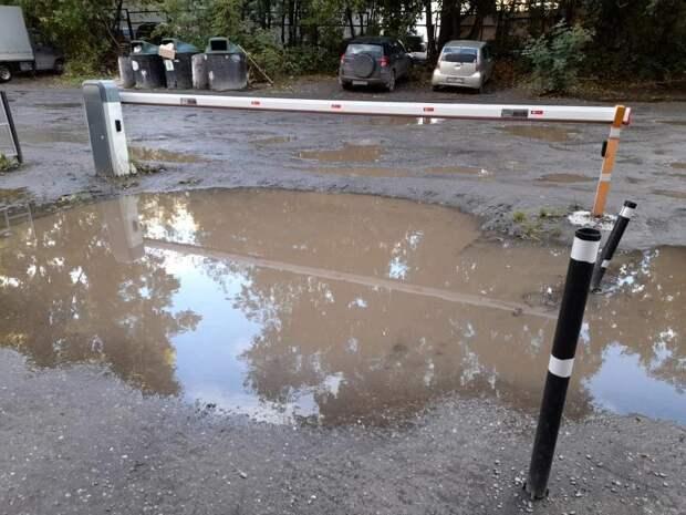 «Набережная озера превращается в озеро». Жители томской улицы жалуются на ямы и лужи вместо дороги