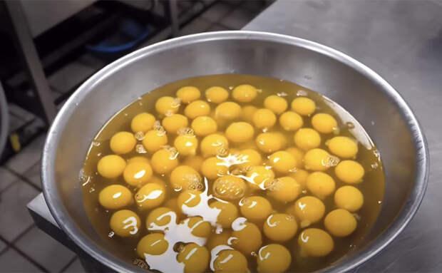 Яичница становится лавашом на дуршлаге: способ приготовления с корейского рынка