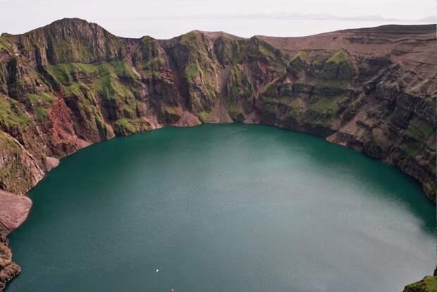 26. Кратерное озеро на острове Касаточи, штат Аляска, США в мире, озеро, природа