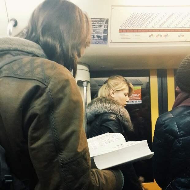 Ох, этой книжкой убить можно!   книги, метро, чтение