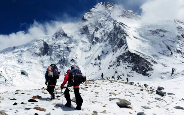 К2 Месторасположение: Пакистан, Китай. Гималаи Высота: 8 614 м Гора К2 или Чогори предоставляет максимально экстремальные условия для восхождения. Эта гора не знает пощады и не прощает ошибок – каждый четвертый пытающийся подняться до ее вершины скалолаз погибает. В зимний период восхождение и вовсе не представляется возможным. Свой вклад в историю восхождений на К2 внесли наши соотечественники. 21 августа 2007 года русским альпинистам удалось пройти по самому сложному маршруту, по считавшемуся до этого времени непроходимым западному склону вершины.