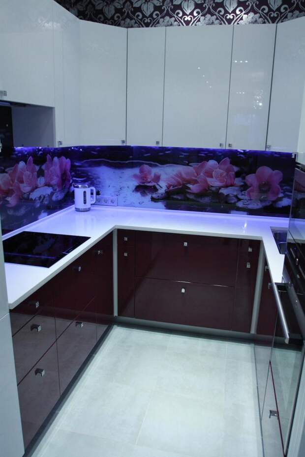 Кухня темный низ светлый верх, скинали с цветочным рисунком