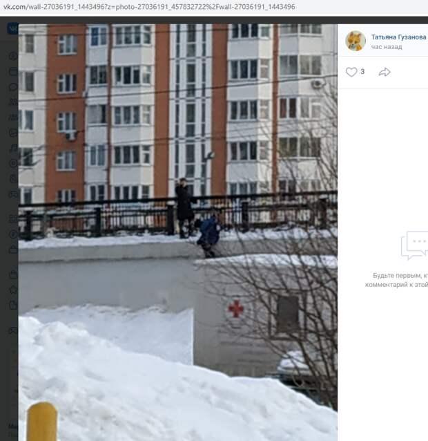 Дети на Рождественской прыгали с эстакады в сугробы