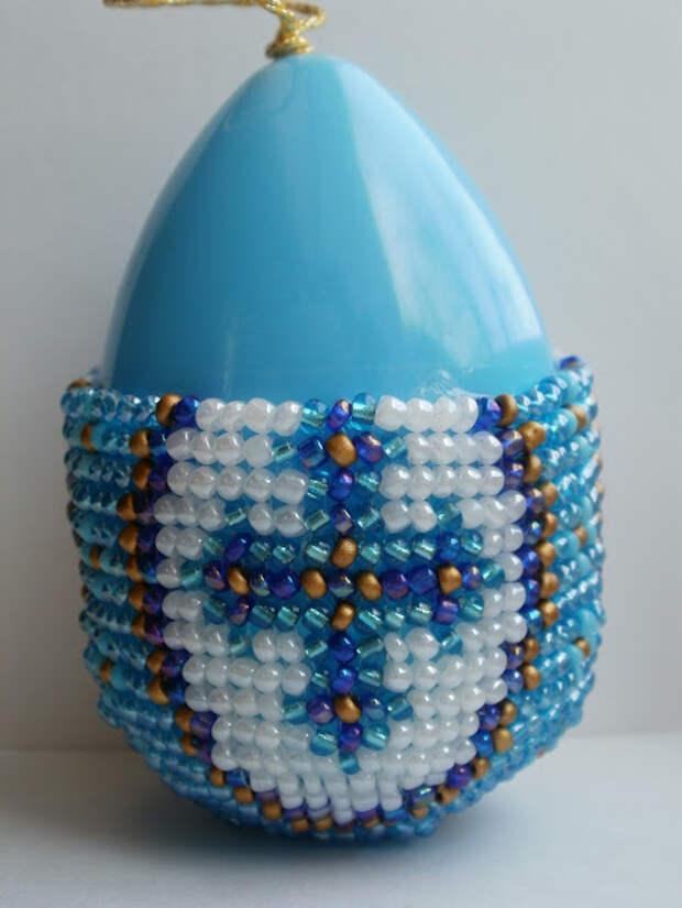 Половина оплетенного бисером яйца