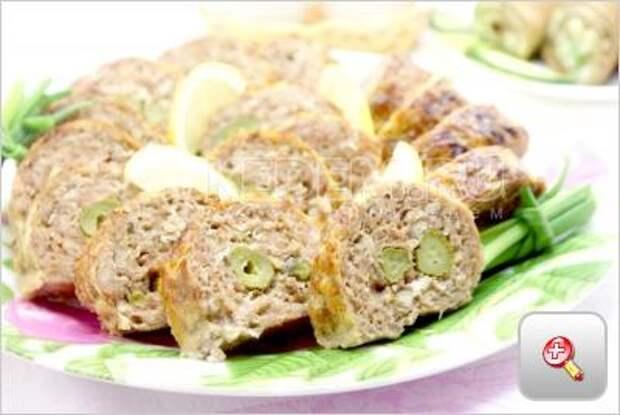 Мясной рулет с маринованными огурчиками. Пошаговый кулинарный рецепт с фото приготовление мясного рулета с маринованными огурчиками.