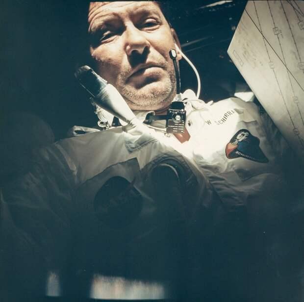 1968, октябрь.  Снимок астронавта Уолтера Ширры (это был его третий полет в космос, мировой рекорд на то время) борту «Аполлона-7»