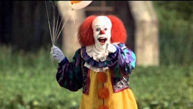 Клоун Пеннивайз с шариками.