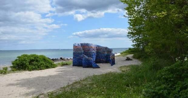 На создание павильон ушло более 75 000 пластиковых крышек, которые были собраны всего за год.
