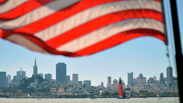 Флаг США на фоне панорамы Сан-Франциско