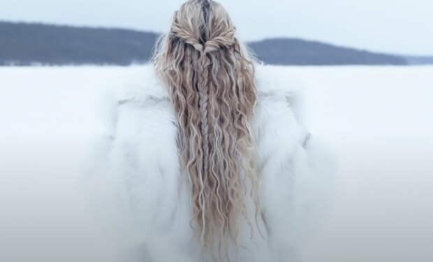 Женщина из Скандинавии показала свою зарядку: начинает день с ледяной проруби. Видео