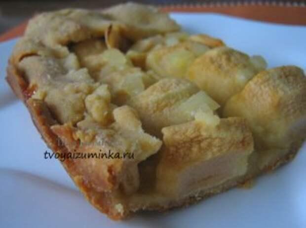 Открытый медово-имбирный пирог с яблоками.