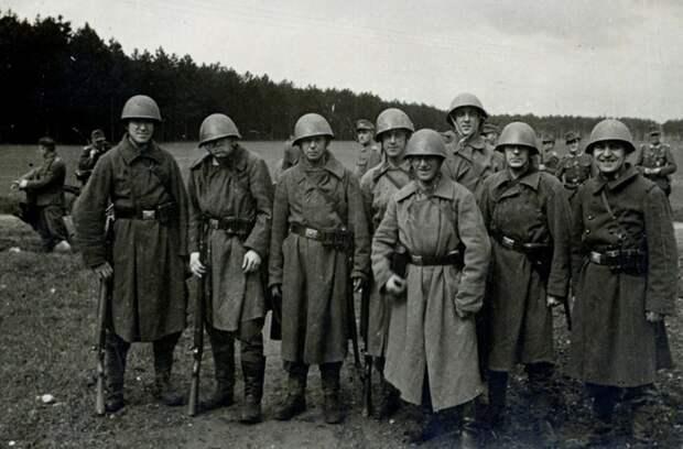 Ещё один пример. Немцев выдают ремни с их бляхами