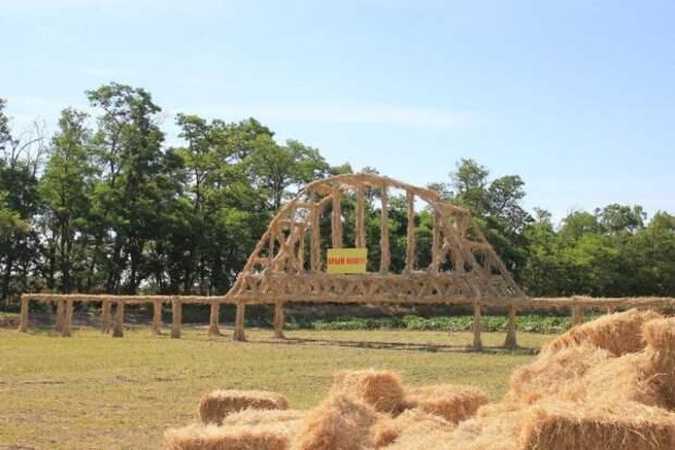 Фермер построил Крымский мост из соломы (ФОТО)