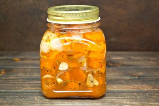 Стерилизованная маринованная морковка с луком и орегано хорошо хранится в прохладном помещении в течение нескольких месяцев