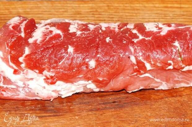 Свиное филе очищаем от ненужного жира и пленок.
