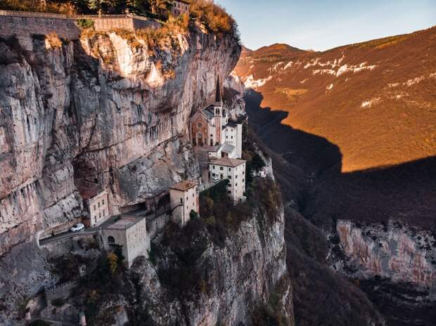 Итальянская церковь 16 века находится между небом и землёй – она построена прямо на склоне утёса