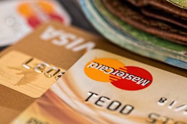 Эксперт заявил об опасности хранения пенсии на банковской карте