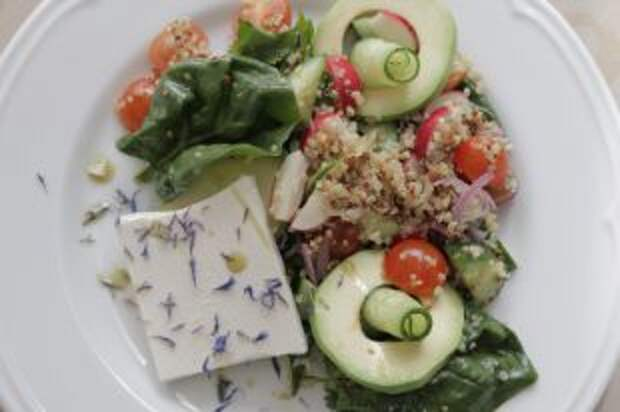 Салат из сезонных продуктов: шпинат, редис и кинза