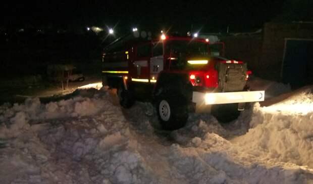 ВНовосергиевке пожарные вытащили застрявший вснегу автомобиль скорой помощи