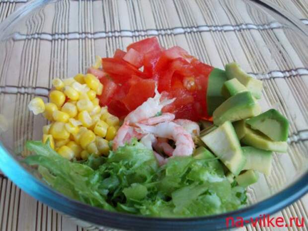 Салат с креветками, авокадо и кукурузой