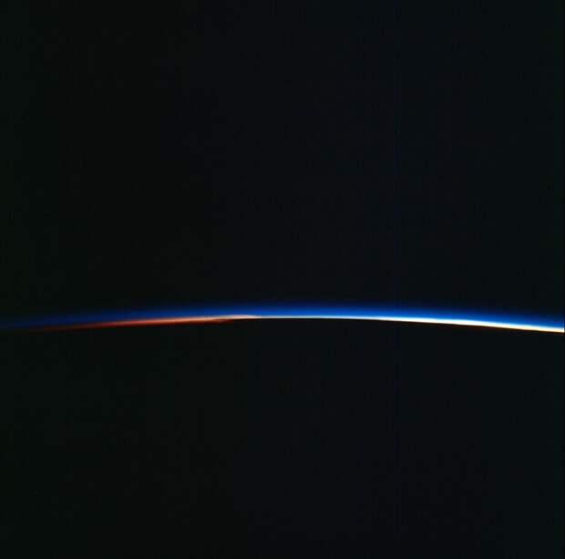 1966. Вид восхода Солнца 5 июня во время экспедиции «Джемини-9»