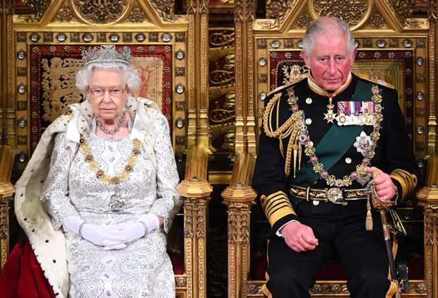 Елизавета II и принц Чарльз на открытии Парламента, 1994