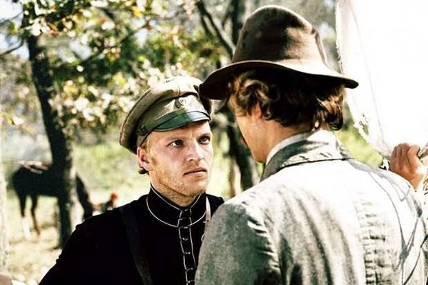 Кадр из фильма «Свой среди чужих, чужой среди своих»