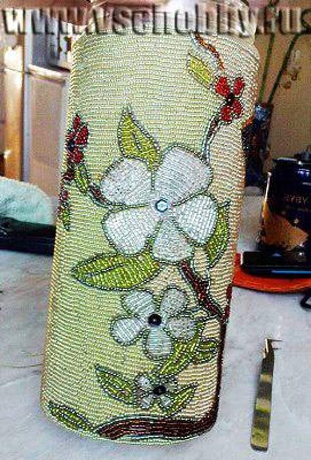 ваза украшена бисером
