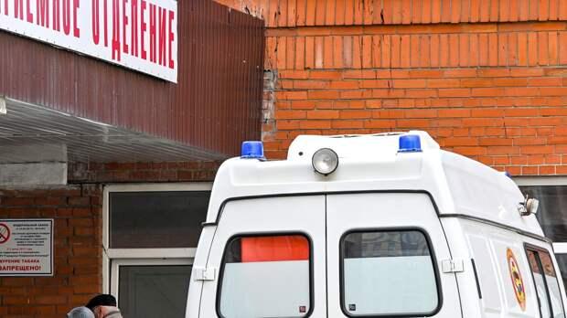 Прижатую иномаркой к забору в Петергофе школьницу госпитализировали