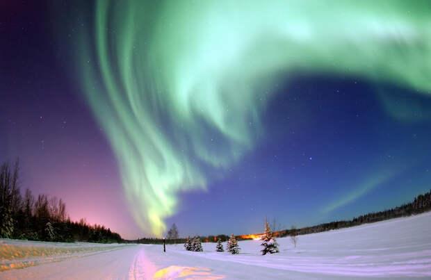 Полярное сияние — свечение частиц в магнитосфере Земли. (United States Air Force)