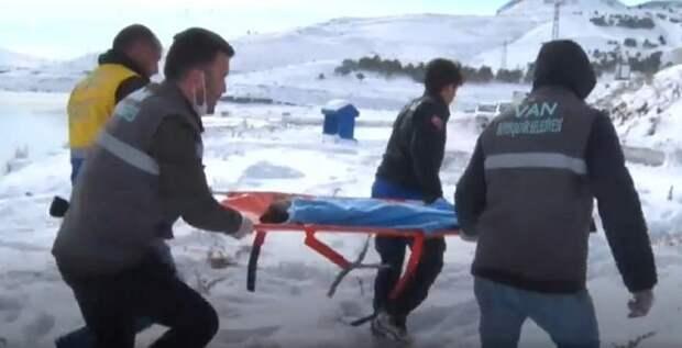 Спасатели и носилки